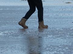Beach walk in wellies (willi2qwert) Tags: wellies wellingtons women wasser wet water wave watt beach gummistiefel gumboots girl gummistövlar rubberboots rainboots regenstiefel strand