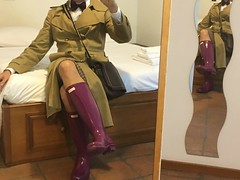 raincoat and gloss purple hunter boots (fioremaria1973) Tags: raincoat hunterboots wellies maninskirt manintights
