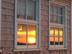 ** Les Iles de-la-Madeleine... ** #10 (Impatience_1 (moins active ad mars)) Tags: ilesdelamadeleine quebec canada archipel archipelago coucherdesoleil sunset fenêtre window architecture impatience rideau curtain supershot coth coth5 abigfave fabuleuse