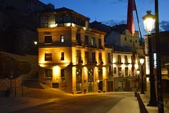 Toledo al anochecer (Castilla-La Mancha, España, 11-6-2018) (Juanje Orío) Tags: 2018 toledo provinciadetoledo castillalamancha españa espagne espanha espanya spain europa europe europeanunion horaazul bluehour nocturna night noche iluminado bandera flag farola