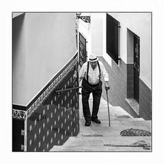 Tenir bon la rampe. (francis_bellin) Tags: 2018 escaliers andalousie streetphoto septembre street homme torrox photoderue vieilhomme faïence noiretblanc monochrome bw andalou rue canne chapeau espagne blackandwhite