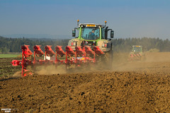 Autumn Ploughing | FENDT // PÖTTINGER (martin_king.photo) Tags: autumnwork autumnwork2018 ploughing plough 2018 fendt fendtvario pöttingerservo65 pöttingerservo pöttinger werfendtfährtführt red green yellow today explore ground soil fendtglobal vario highlands fields agriculture powerfull martinkingphoto machines strong agricultural greatday great czechrepublic agriculturalmachinery farm workday working modernagriculture landwirtschaft photogoraphy photographer canon love farming daily machinery work modern machine colorful wheels cloudyday worker beautiful day flickr action autumn view fendt828 fendt828vario duo two fendt516vario trelleborg together trees colours