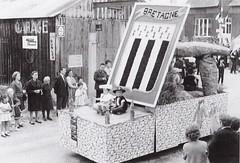 Char en l'honneur de la Bretagne, passant devant le garage de Louis Cottin, figure locale.