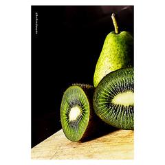 pera, kiwi (luizleitefotografia) Tags: publicidade cores objetos produtos propaganda divulgação still venda fotografia publicitário frutas morangos folhas reflexo citrico tabua sãopaulo brasil