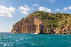 Steile braune Klippen (hrolapp) Tags: blau felsen himmel klippen mallorca meer sonne urlaub wasser wolken balearischeinseln spanien es