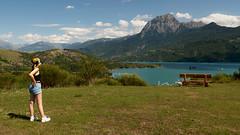 Vue sur le lac de Serre-Ponçon (cassandredahoui) Tags: serreponçon montagne banc herbe blonde lac