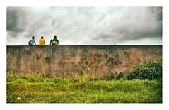 de l'autre côté du mur (Marie Hacene) Tags: grandbassam afrique côtedivoire mur enfant street route