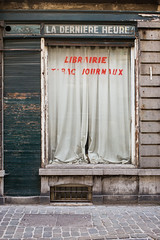 Lisez ! (Ta dernière heure est venue) (waex99) Tags: 2018 35mmf2 bruxelles juillet leica m262 belgique france vacances ixelles magasin shop papers journaux tabac derelicted derniere heure laderniereheure librairie belgie belgium brussel brussels street city front window rangefinder telemetre devanture