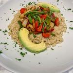 Quinoa mit blanchiertem Gemüse und Avocado auf einem weißen Teller mit Petersilie garniert thumbnail
