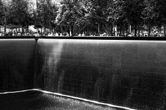 the majesty of the big hole (hydRometra) Tags: persone usa memoriale 911 manhattan monumento groundzero water monument newyork acqua people bn moemorial bw