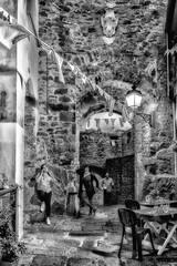 """Pose  """"mignonne"""" (Pyc Assaut) Tags: giglio2018 pose mignonne posemignonne noir blanc black white blackwhite noirblanc giglio gigliocastello rue ruelle street pyc5pyc pyc5pycphotography pycassaut pierreyvescugni pierre pierres stone stones méditerranée toscane italia italie italy porte mur wall muraille drapeau gens restaurant village villagemédiévale médieval lumières lumière détails light lights extérieur fortification forteresse"""