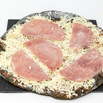 Gustavo Gusto I Like Pizza mit schwarzem Boden durch Aktivkohle mit Prosciutto belegt thumbnail
