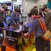 Leute spielen virtuellen Tischfussball Koliseum VR Series mit VR Brillen