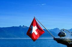 Carré rouge (Diegojack) Tags: vaud suisse cully bourgenlavaux paysages d500 nikon nikonpassion débarcadère lac léman drapeau groupenuagesetciel