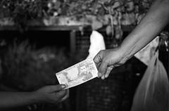 Transacciones simbólicas (RoryO'Bryen) Tags: transaccionessimbólicas roryobryen copyrightroryobryen colombia cali money playa plata mercado galeríalaalameda kodaktrix economy iso400 colombie hierbas herbs