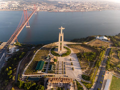 Luftaufnahme der Cristo Rei Statue von hinten mit Ponte 25 de abril Brücke (verchmarco) Tags: locationindependent dnx lisbon aerialaesthetics luftbildaufnahme aerial portugal dji lisboa reiseblogger luftaufnahme digitalnomad reisen travel lissabon mavicair aerialphotography noperson keineperson reise city stadt architecture diearchitektur water wasser outdoors drausen antenne sky himmel transportationsystem transportsystem traffic derverkehr cityscape stadtbild urban städtisch skyline horizont vehicle fahrzeug sight sicht sunset sonnenuntergang road strase church kirche building gebäude river fluss pentax kodak tower transport harbour rose waterfall fountain children