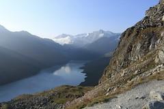 vue sur le lac des Dix depuis le col des Roux (bulbocode909) Tags: valais suisse coldesroux lacdesdix valdesdix montagnes nature montblancdecheilon glaciers neige paysages brume bleu lacs