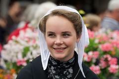 Bretonne (Patrick Doreau) Tags: fête personne femme danseuses bretonne tradition culture guingamp saintloup festival coiffe costume portrait sourire yeux
