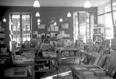 Librairie (Franck Huet) Tags: leica m3 leitz summarit 50mm kodak d76 11 20° 11mm ilford fp4 125asa librairie bookshop