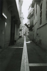 Ruelle d'Aix-les-bains (Pito Charles) Tags: argentique analog vintage vintagecamera analogcamera france french pellicule film filmisnotdead filmcamera filmroll canonet canonetql17 canonetql17giii ql17