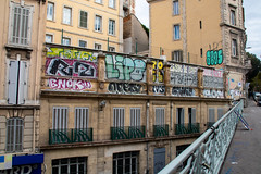 the bridge (Rasande Tyskar) Tags: marseille france frankreich stadt city steetshot art streetart houses häuser fassade facade bridge aubagne graffiti graffito