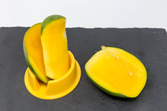 Eine frisch entsteinte Mango auf Schieferplatte (verchmarco) Tags: noperson keineperson food lebensmittel fruit obst stilllife stillleben health gesundheit nutrition ernährung nature natur delicious köstlich tropical tropisch bright hell color farbe summer sommer grow wachsen cooking kochen one ein ingredients zutaten leaf blatt juicy saftig desktop sweet süss trail landschaft skyline classic second catwa auto apple selfie feet