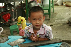 a boy and a meat cleaver (the foreign photographer - ฝรั่งถ่) Tags: boy meat cleaver khlong thanon portraits bangkhen bangkok thailand canon