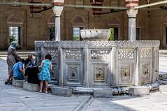 10082011-IMGP1046 (Mario Lazzarini.) Tags: moschea fontana persone cortile marmo colonne porte archi rubinetti historic old turchia turkey edirne sinan selimiye camii