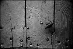 Saosnes (Sarthe) (gondardphilippe) Tags: saosnes sarthe maine paysdelaloire porte door noiretblanc noir nb blanc blackandwhite bw black white monochrome campagne extérieur outdoor graphique macro maison ombre patrimoine quiet rural texture vieux old zen