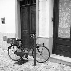 Esperando al dueño (mike828 - Miguel Duran) Tags: bicicleta bike bicycle clasica retro vintage menorca calle street sony alpha a6300 carl zeiss vario tessar 1670mm blanco negro bw blackwhite variotessart41670 variotessarte41670 variotessar16704za