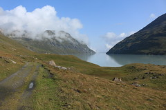 vue arrière sur le lac des Dix (bulbocode909) Tags: valais suisse valdesdix lacdesdix lacs montagnes nature chemins rochers eau paysages nuages vert bleu groupenuagesetciel