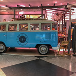 Surf and Turf - Blauer VW Bus als Stand auf Messe thumbnail
