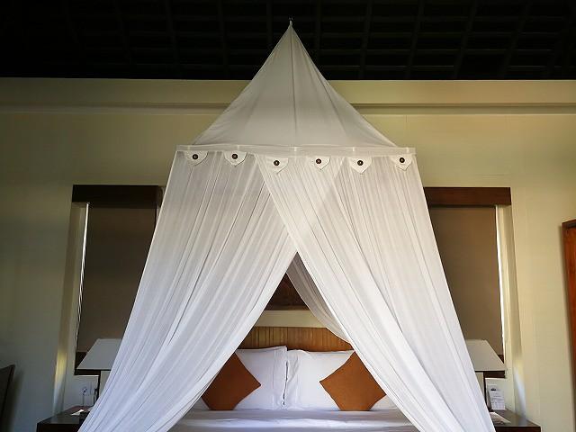 <p>アナンタラらしい天蓋付きベッド</p>