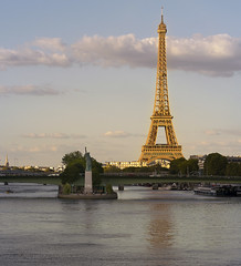 La torre Eiffel y la Estatua de la Libertad (Francisco Esteve Herrero) Tags: parís estatuadelalibertad torreeiffel sena río francia reflejos nubes 2018 franciscoesteveherrero nikond5300 sigma1750