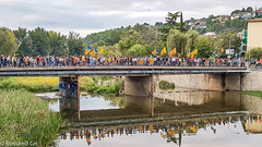 Girona - Protesta Violència 1Octubre 2017 (rossendgricasas) Tags: 1o girona catalonia samsung bridge flag streetphotography people reflection
