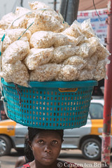 Popcorn (10b travelling / Carsten ten Brink) Tags: 10btravelling 2017 africa african afrika afrique asante ashanti carstentenbrink genericplaces ghana ghanaian goldcoast iptcbasic kejetia kumasi otherkeywords places westafrica food icarry market popcorn portage snack streetvendor tenbrink vendor woman