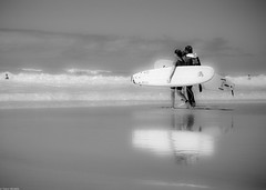 Before the spot (thierry_meunier) Tags: vacances france femme sand atlantique surf vacation sea voyage summer plage ocean travel woman blackwhite light beach lumière noiretblanc holydays mer