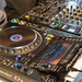 Ein Pioneer DJ-Pult mit CDJ-Player und MIxer