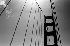 Sur le Pont / Golden Gate Bridge - San Francisco, Californie (Ludovic Macioszczyk Photography) Tags: sur le pont golden gate bridge san francisco californie nikon fm 135 kodak tmax 400 iso mai 2018 étatsunis © ludovic macioszczyk usa film argentique lumière 35mm noir et blanc monochrome california voyage vacances grain bay area sf street view amérique district photography analog ville city life