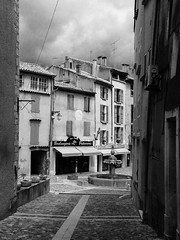 Valensole, Alpes-de-Haute-Provence ([klauspeter]) Tags: may provence street 2018 alpesdehauteprovence bw city france schatten house mai valensole