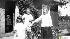 tm_5524 (Tidaholms Museum) Tags: svartvit positiv gruppfoto cykel stuga ytterdörr 1920talet människor