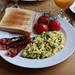 Rührei mit Bacon, heißen Tomaten und Toast