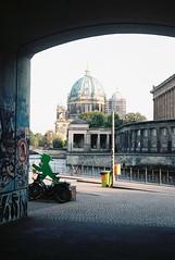 (Aramar) Tags: film expiredfilm 35mm yashicafx3super2000 analog kodakgold200 berlin
