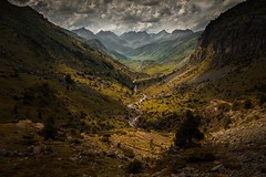 That moment... (Giacomo della Sera) Tags: landscape paisaje mountain montaña valley valle verde green amarillo yellow luz light sombra dark shadow spain españa pirineo
