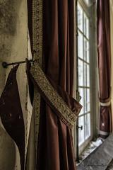 Chateau Cinderella (Marian Smeets) Tags: chateau chateaucinderella urbex urbexexploring decay vervallen verlaten abandoned belgium belgie nikond750 mariansmeets 2018 gordijn curtain raam window