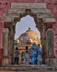 Isa Khan's Tomb (Don César) Tags: india temple tomb people saris arch entrance newdelhi tourism isakhanstomb mughalemperorhumayunstombcomplex isakhanniazi