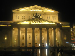 Bolshoi Theatre. (VERUSHKA4) Tags: canon europe russia moscow theatre bolshoitheatre night evening light lighting architecture building colonnada column stairs facade vue view darkness people square outdoor street door window fenetre autumn october farole streetlamp historic art culture statue horse four astoundingimage