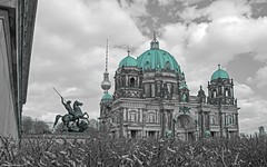 Berliner Dom (Jenke-PhotozZ) Tags: berlin berlinerdom buildings berlinstyle clouds schwarzweiss schwarzweissbunt architecture architektur blackandwhite fernsehturm motive mitte view visitberlin tvtower domkuppel lustgarten city photo photography perspective