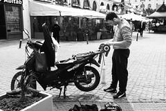 Afilador.... (riqui65) Tags: street streetphotography streetfotografic periodismo fotoperiodismo photojournalismo calle ciudad compacta city blancoynegro momocromatico monocromatico monocromática
