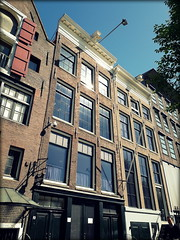 Anne Frank House, Amsterdam, the Netherlands (Wagsy Wheeler) Tags: amsterdam netherlands thenetherlands building prinsengracht annefrank annefrankhouse architecture museum annefrankmuseum house windows facade